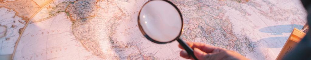 lente d'ingrandimento sopra alla cartina geografica